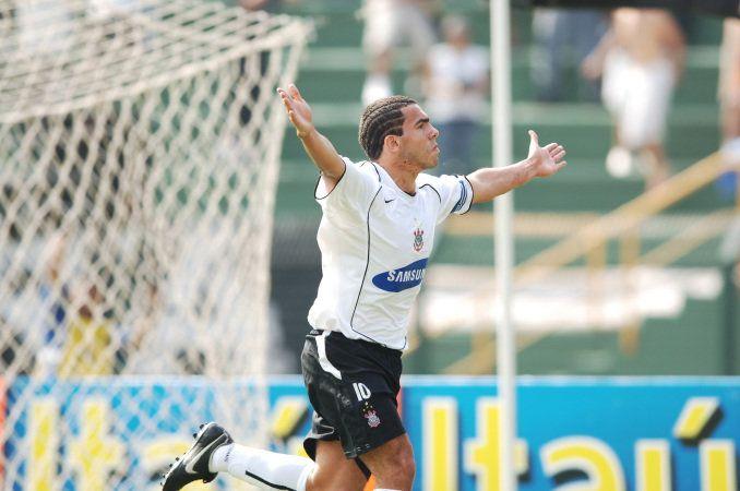 Sport Club Corinthians Paulista - Tevez comemora gol na goleada por 7 x 1 contra o Santos, no Pacaembu