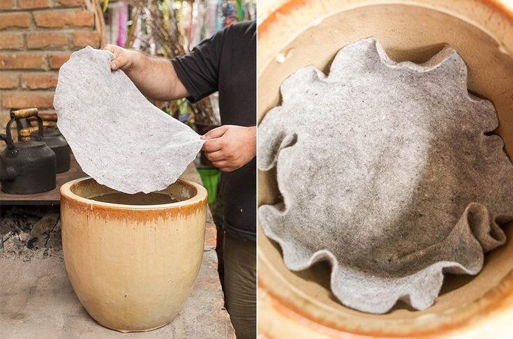 """Sobre a argila, acomode a manta bidim. Deixe a sobra da manta """"subindo"""" pelas paredes do vaso, para que o material retenha os nutrientes no recipiente"""