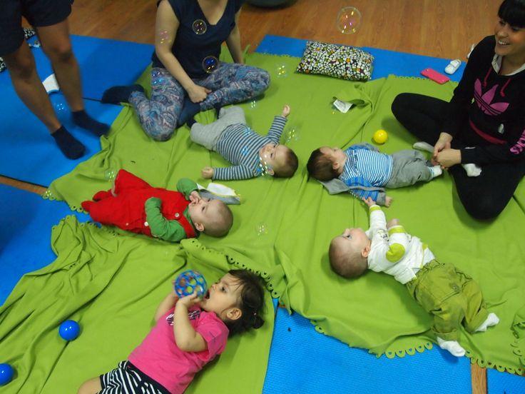 Taller de yoga y estimulación integral para mamás y bebés. #pompasdejabon #yogamamaybebe #yogaisfun