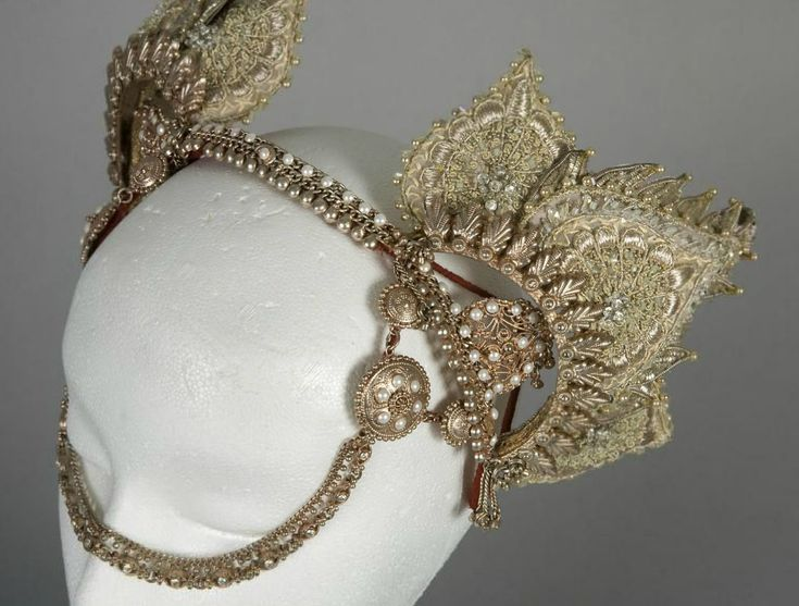 Details of Nicole Kidman's Hindi Wedding Headdress from Moulin Rouge (2001)