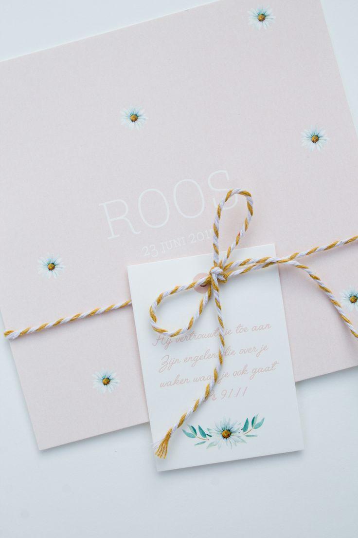 Zachtroze met okergeel geboortekaartje van Roos met madeliefjes #leesign #ontwerp #design #geboortekaartje #geboortekaart #okergeel #zachtroze #madelief #roos