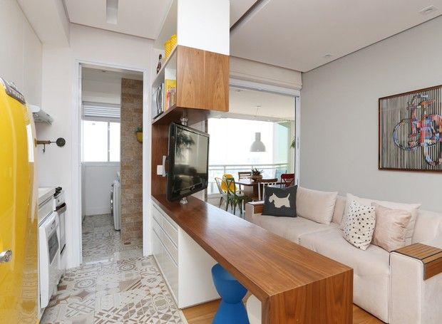 """A arquiteta Duda Senna dá a dica: """"Integrar os cômodos usando móveis vazados traz a impressão de que o ambiente é maior"""" (Foto: Mariana Orsi)"""