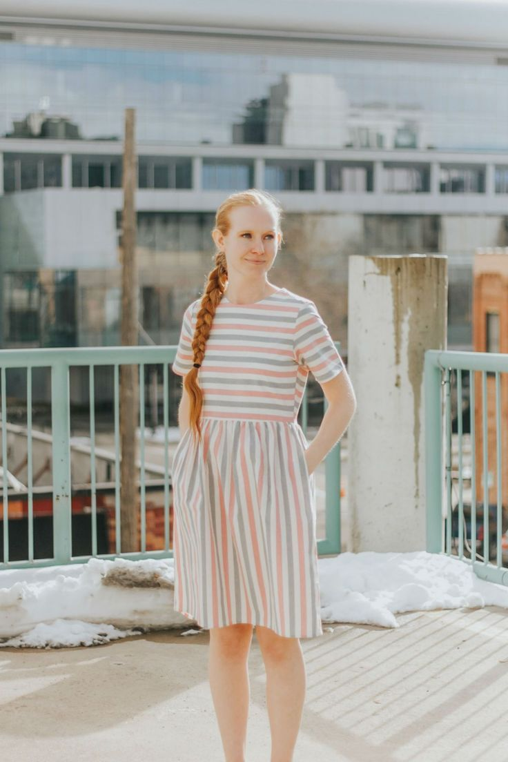Dieses bescheidene Kleid hat Streifen. Es hat Pastellfarben rosa