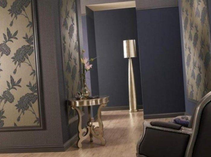 Светлые обои имеют свойство визуально увеличивать небольшие пространства. Самым простым вариантом комбинирования считается акцентная стена.