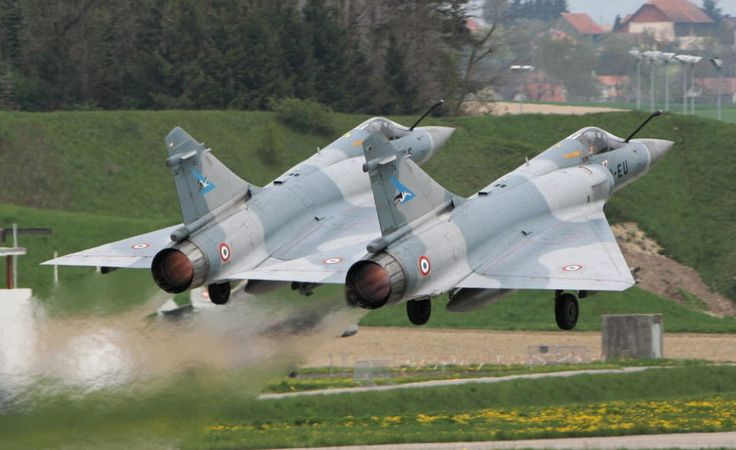 Décollage de deux Mirage. Mirage 2000 https://fr.wikipedia.org/wiki/Dassault_Mirage_2000 http://www.avionslegendaires.net/avion-militaire/dassault-aviation-mirage-2000/ https://www.youtube.com/watch?v=zhr9oCNRrCY