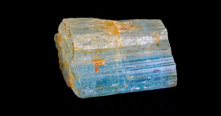 Cómo comprar piedras preciosas en bruto. Las piedras preciosas en bruto se pueden comprar en su estado crudo o natural, ya sea que se corten y se pulan para crear joyas únicas y decoraciones, o para manterlas tal como se encuentran en la naturaleza.