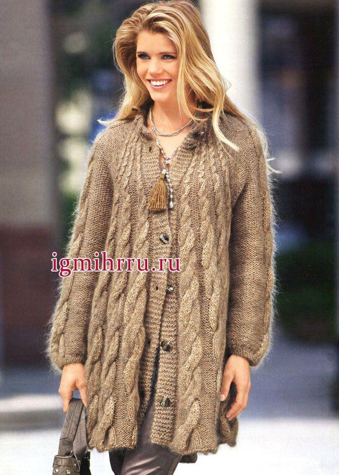 Теплое расклешенное пальто бежевого цвета с косами. Вязание спицами