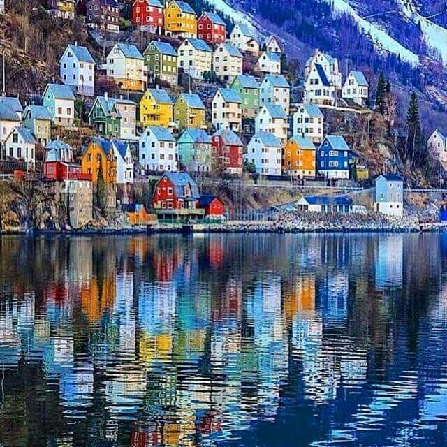Het schilderachtige dorpje Odda in Noorwegen. Een van de vele (foto)stops tijdens een roadtrip.