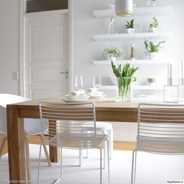 valkoinen,vaalea sisustus,modeni,skandinaavinen,ruokailutilat,ruokailuryhmä,puupöytä,ruokapöytä,ruokatuolit,maljakko,astiat,seinähyllyt