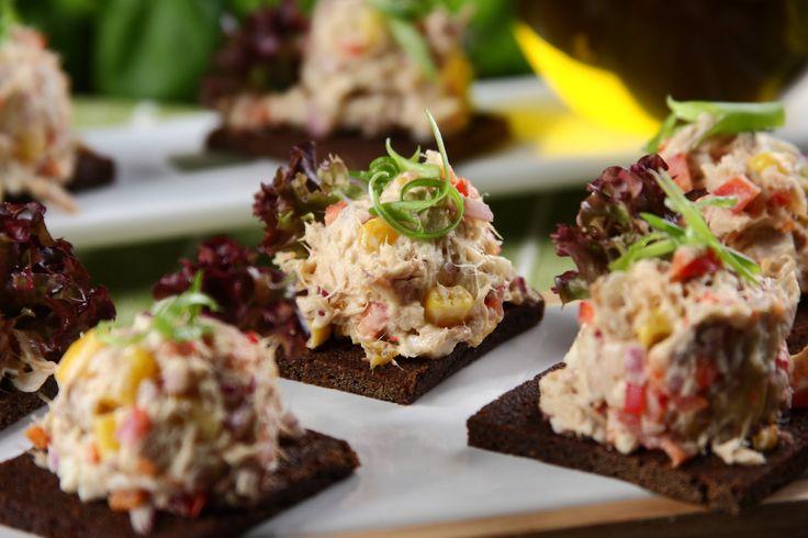 Sprawdzony przepis na Kanapki z pastą z wędzonej makreli z papryką i kukurydzą. Wybierz sprawdzony przepis eksperta z wyselekcjonowanej bazy portalu przepisy.pl i ciesz się smakiem doskonałych potraw.