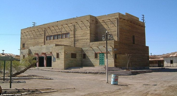 Humberstone's 3,700 inhabitants enjoyed watching Mexican films and Spanish operettas in the municipal theatre, now a wreck