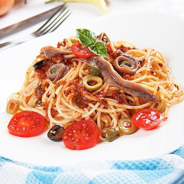 Espaguetis con anchoas y aceitunas Ingredientes 300 gr. de espaguetis 1 lata de anchoas en aceite 3 tomates 1 cebolla 1 bote pequeño de aceitunas sin hueso Aceite de oliva Perejil Sal