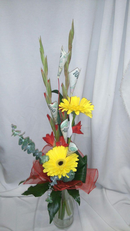 Živé květy s bankovkami, místo obálky.