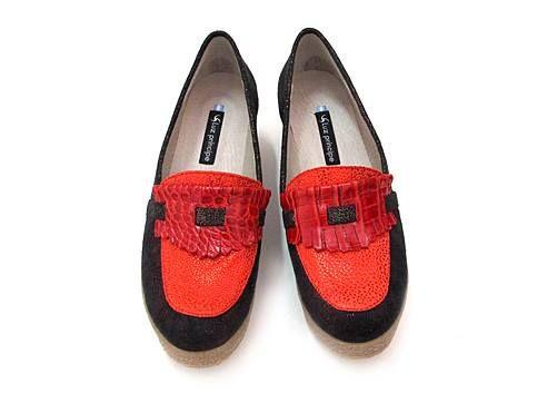Whiscola 02.                                   Capellada: Variedad de cueros y gamuza en rojo y negro metalizado.                                                    Forro: Cuero.                                      Taco: plataforma 3 a 6 cm                                        Base:  Suela goma crepe                          Color: Rojo