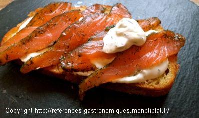 Tartine Nordique Saumon Fumé et Crème d'Aneth au Concombre// smoked salmon and tzatziki style sauce bread tartine
