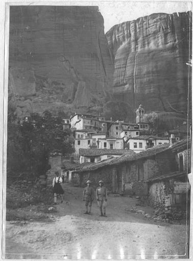 Opérateur K (code armée, photographe) Grèce ; Thessalie ; Trikala ; Kalambaka; Les Français au Monastère des Météores (juin - juillet 1917). Les Français arrivés au village. Date prise vue 1917.