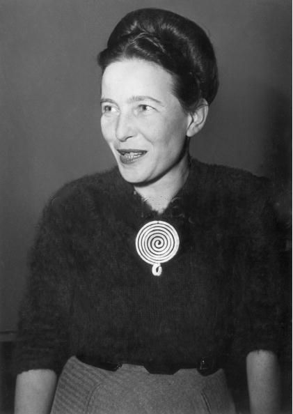 Simone de Beauvoir, Paris, 1955. Elle porte une broche créé par Alexander Calder. Photo: Hulton Archive.