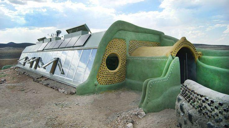 Los densos muros interiores proporcionan masa termal que regula y aísla la temperatura interior del exterior. Los muros internos suelen ser hechos en estructuras de panel de latas recicladas. Se unen con estuco. Los tejados están aislados – frecuentemente con tierra o adobe – para ganar eficiencia energética.  Seguir leyendo: http://ecoinventos.com/razones-para-vivir-en-una-earthship/#ixzz3YQL7VZDO