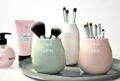 Waarom je make-up in een lade opbergen? In deze vaasjes worden jouw lipsticks, kwasten en foundations juist mooie eyecatchers. Celine laat het zien op het blog