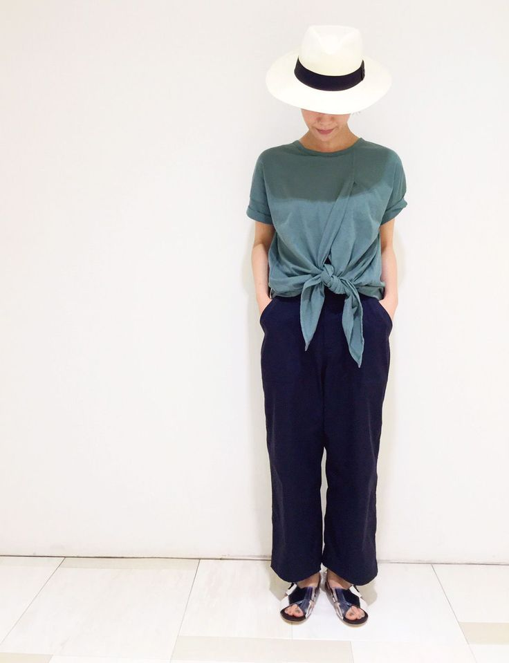 深みのあるグリーンカラーのTシャツは、フレッシュな裾結びデザイン!シルバーサンダルを合わせて今年らしくスタイリングしました。