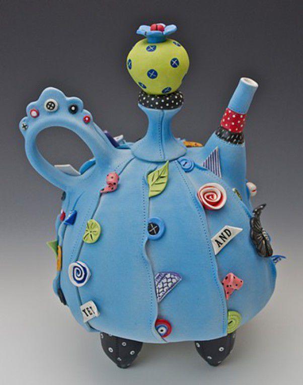 Знакомьтесь, Laura Peery, художница из США и она «шьет» из глины. «Конечно, я не делаю одежду ручной работы, но когда открыла для себя глину, стала интересоваться, как она может напоминать ткань». И действительно, ее фарфоровые скульптурные чайники как будто «сшиты» из кусочков ткани и декорированы всевозможными цветочками, листочками, пуговичками, ленточками.