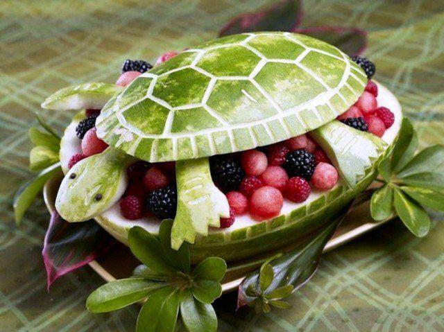 sculpture sur fruit en forme de tortue en framboises et mûres