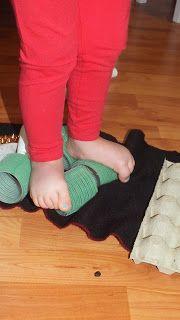 Ścieżka sensoryczna   Zabawy sensoryczne nie są skomplikowane i nie wymagają zaopatrzenia się w  specjalistyczne sprzęty są to zabawy dla ...