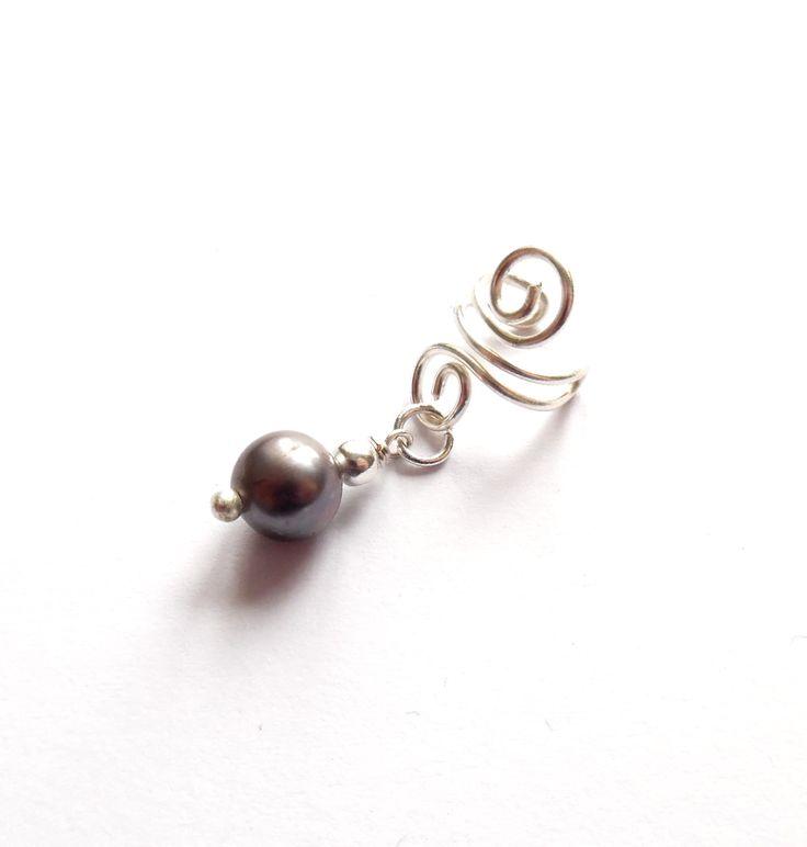 Handgjord ear cuff i silverplätering med en mörkgrå odlad pärla.  Varje smycke är unikt.