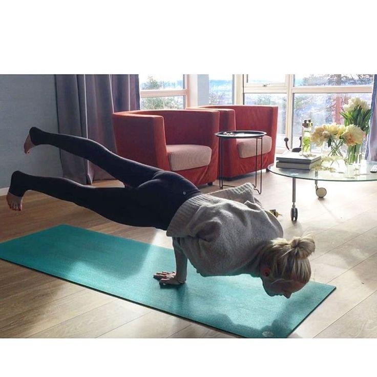 """276 likerklikk, 23 kommentarer – Tine Monsen (@tinemonsenno) på Instagram: """"Only for a second though 🙈 one hand 🤘🏼#peacockpose"""""""
