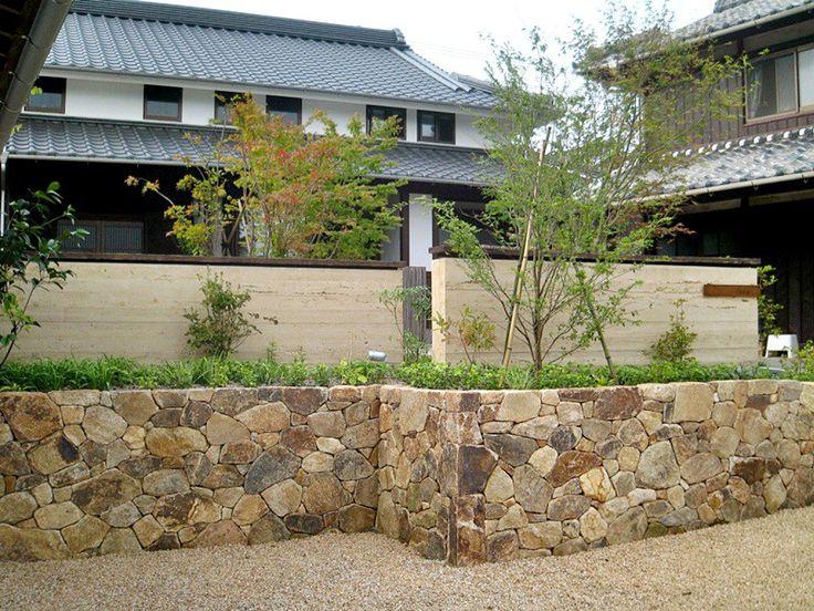 古民家再生の庭。 版築土塀と野面石積み。
