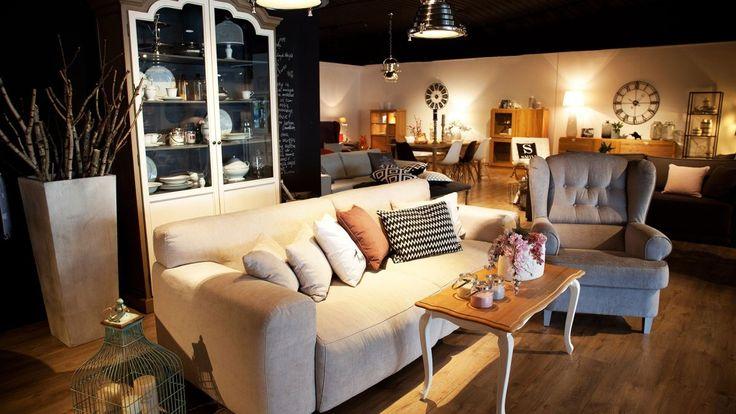 Wygodna tapicerowana sofa, w jasnym kolorze z pastelowymi poduszkami. Przytulna sofa, która idealnie prezentuje się z równie uroczymi fotelami. Razem tworzą idealny komplet wypoczynkowy do małego salonu.