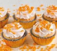 Met dit recept maak je heerlijke cupcakes met een koninklijk tintje! Perfect voor bij de troonswisseling. Spuit op de cupcakes een heerlijke toef van botercrème met sinaasappel smaak en versier ze vervolgens met schitterende oranje confetti of kroontjes!
