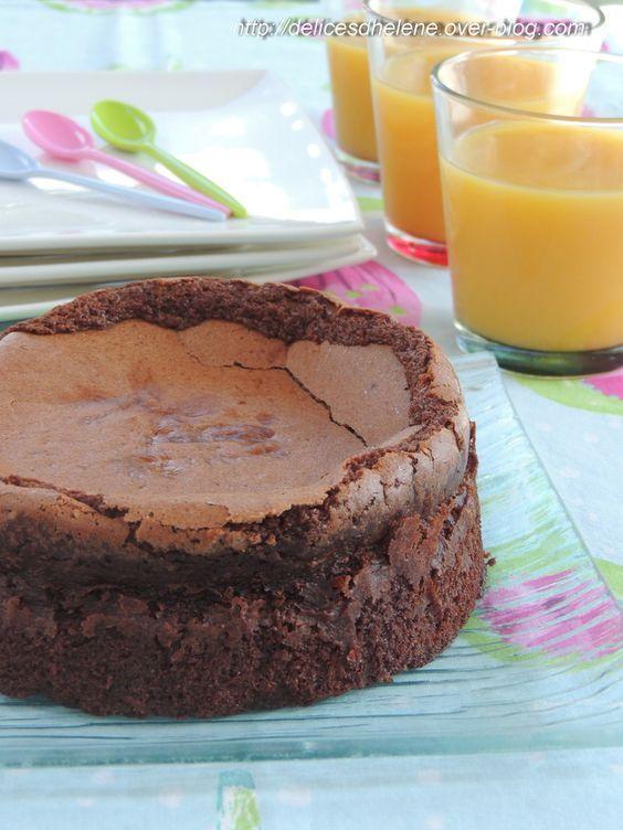Les gâteaux au chocolat, il en existe des tonnes sur la toile et dans les bouquins de cuisine. Des moelleux, des fondants, des coulants, des secs. C'est vrai que j'en ai déjà testé un paquet de recettes de gâteaux au chocolat et j'avoue que j'ai mes petites...
