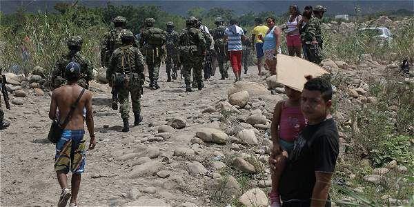 Hombres del Ejército colombiano se 'plantaron' frente a tropas de Venezuela