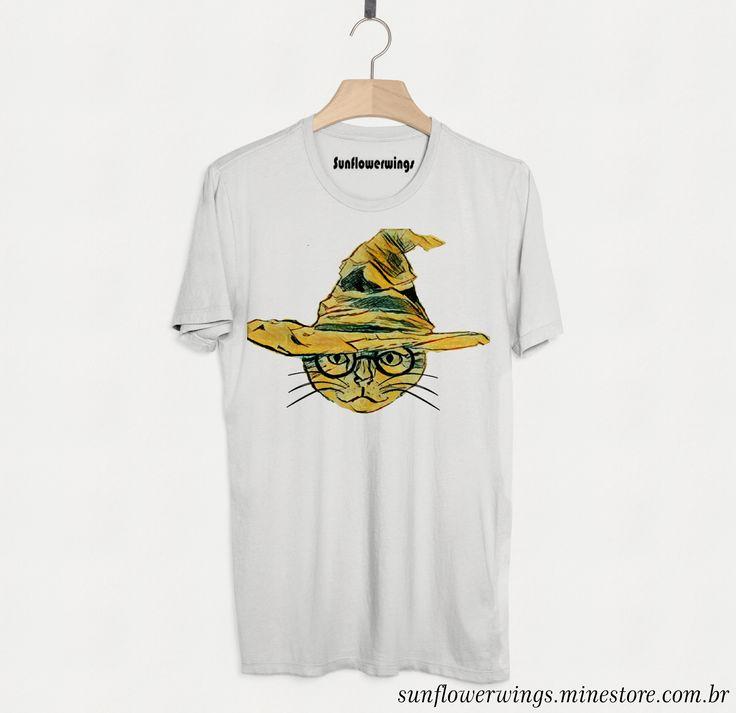 Originalmente, o chapéu pontudo de bruxo que hoje é o chapéu seletor, pertencia a Godric Gryffindor. Ele foi enfeitiçado pelos quatro bruxos fundadores da Escola de Magia e Bruxaria de Hogwarts,  #harrypotter #chapeuseletor #cat #gato #harrygato #tshirt #camiseta #camisetapersonalizada #sublimação #sunlower
