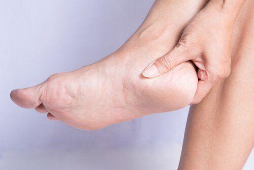 Esa protuberancia en el hueso que aparece cuando el tendón se satura de tanta presión se conoce como espolón calcáneo. Puede ocasionar mucho dolor
