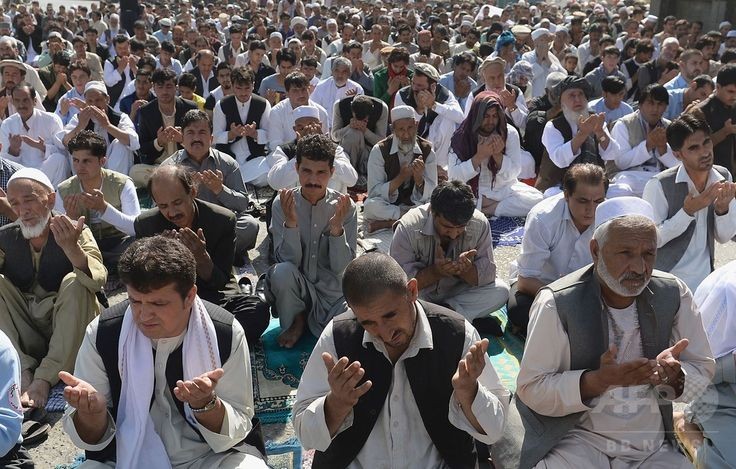 アフガニスタンの首都カブール(Kabul)のモスクで、イスラム教の断食月「ラマダン(Ramadan)」の終わりを祝う祭り「イード・アル・フィトル(Eid al-Fitr)」の礼拝に臨む人々(2014年7月28日撮影)。(c)AFP/SHAH Marai ▼30Jul2014AFP|断食月ラマダン終了、世界各地で「イード・アル・フィトル」 http://www.afpbb.com/articles/-/3021766 #Kabul