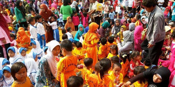 Sebanyak 8.306 siswa dari Taman Kanak-Kanak (TK) dan Pendidikan Anak Usia Dini (PAUD) Se-Kabupaten Magelang mencatatkan diri di Museum Rekor Indonesia (Muri) untuk senam dan sarapan sehat bersama terbanyak di Indonesia. Pemecahan rekor ini dibuka oleh Ketua PKK Kabupaten Magelang, Tanti Zaenal Arifin, di halaman parkir Armada Town Square (Artos) Magelang, Jawa Tengah, Sabtu (24/10/2015) pagi. Secara umum, acara tersebut berjalan lancar dan sukses