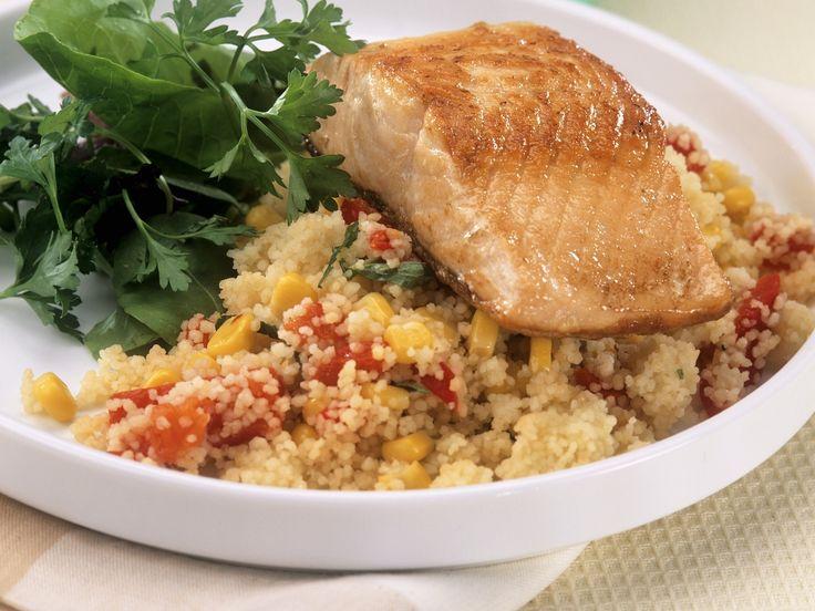 Lachsfilet auf Gemüse-Couscous - smarter - Kalorien: 382 Kcal - Zeit: 30 Min. | eatsmarter.de