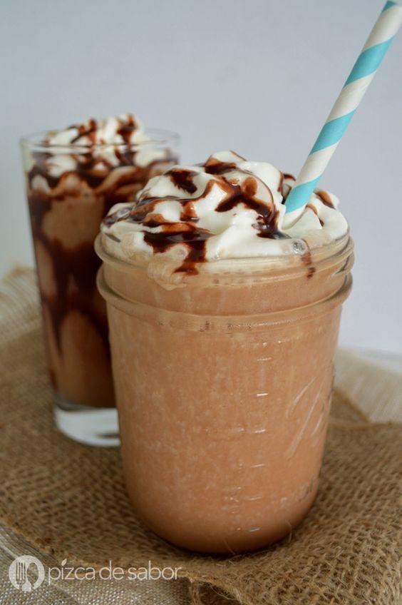 Frappe de moka o mocha frappuccino. Es facilísimo de preparar y mucho más barato que comprarlo en una cafetería, perfecto para los días de calor.