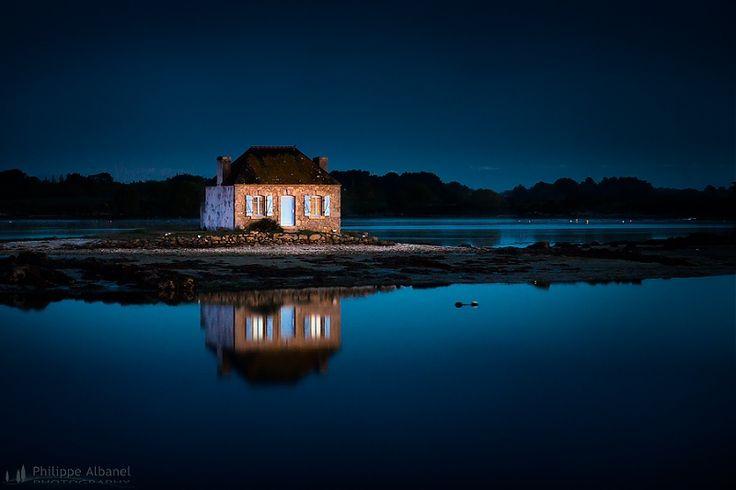 Ancienne petite maison du gardien de parc à huitres, Saint-Cado, Ria d'Étel, Morbihan, Bretagne, France - http://www.virusphoto.com/241551-la-petite-maison-de-saint-cado-ria-detel.html