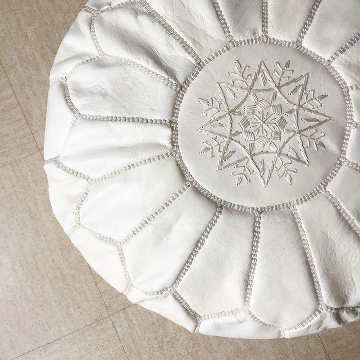 Pouf marocain en véritable cuir naturelDimensions : 55cm de diamètre / 35 cm de hauteur Couleur blanc Les dimensions et la couleur peuvent légèrement variés, car ce sont des produits marocains artisanaux.(Vendu non rempli)