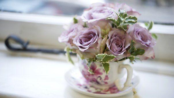Небольшие цветочные композиции с розами в интересных маленьких вазах и даже чашечках смотрятся очень...