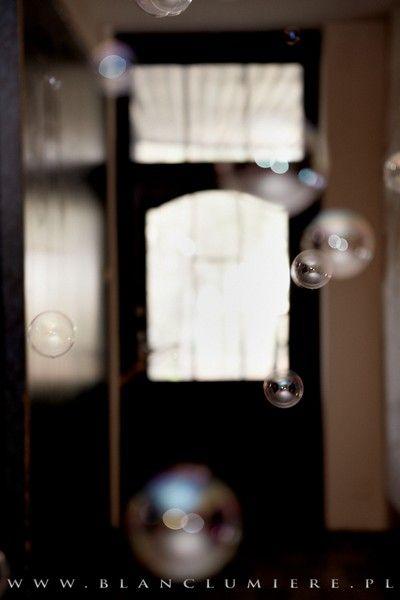 Bańki można świetnie wykorzystać jako oprawę np. podczas Pierwszego Tańca :) http://czekoladowefontanny-imprezy.pl/banki-mydlane.html