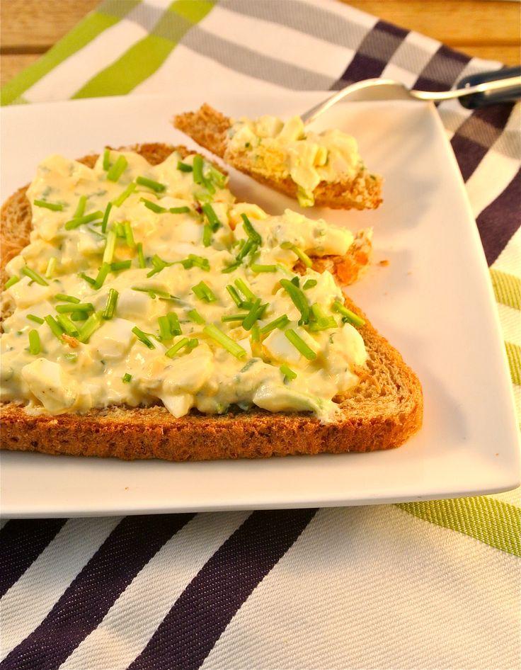 Als we tijd hebben maken wij graag een iets uitgebreidere lunch. Deze keer hebben we gekozen voor een gezondere eiersalade met Griekse yoghurt en bieslook.