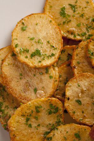 Serpenyős fokhagymás-petrezselymes pirított burgonya (pommes sarladaises)    http://buvosszakacs.blog.hu/2012/03/10/piritott_burgonya_2