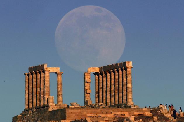 """Αυτή την φωτογραφία επέλεξε το πρακτορείο Reuters για να συνοδεύσει το κείμενό του για το πιο """"ολόγιομο"""" φεγγάρι που θααπολαύσουμετην Κυριακή. Η μαγική εικόνα είναι από το Σούνιο, από το Ν..."""