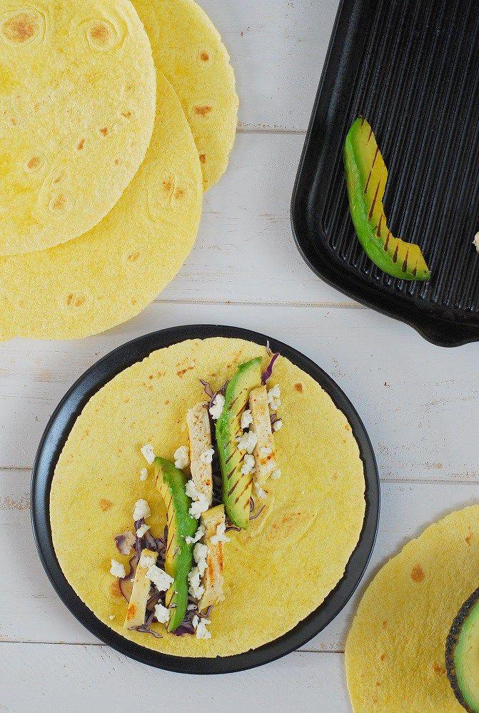 Une recette de wrap légère. Wrap à l'avocat grillé, poulet & feta - http://www.confitbanane.com/