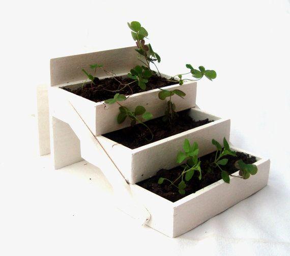 jardinera en escalera como idea se puede hacer con cajas de fresas