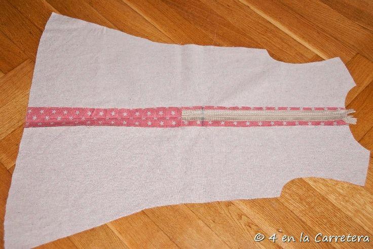 Hoy voy a enseñaros cómo coser una cremallera invisible. En mucho más sencillo de lo que creerás, si nunca lo has hecho antes. De hecho, ¡És...